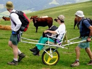 Voorbeeld van een joelette waarmee je iemand ook op moeilijkere wandelpaden kan vervoeren. Best zwaar werk!